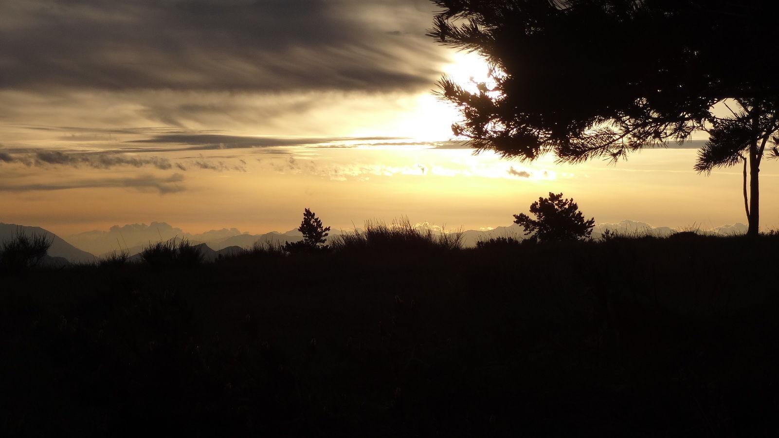 Levé de soleil à travers les nuages